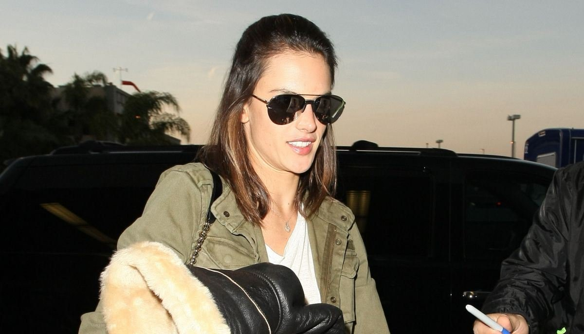 Алессандра Амбросио выглядит стильно даже в аэропорту