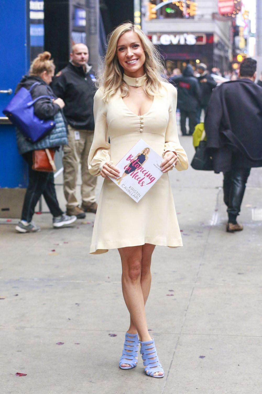 Кристин Каваллари провела утреннее шоу в нежном наряде