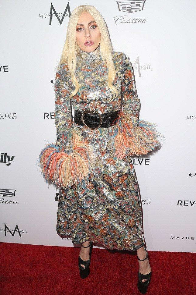 Леди Гага вышла в свет в блестящем платье с помпонами на руках