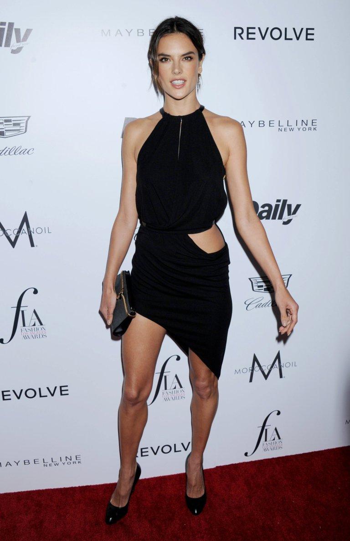Умопомрачительная Алессандра Амбросио выбрала роскошное платье для вечеринки