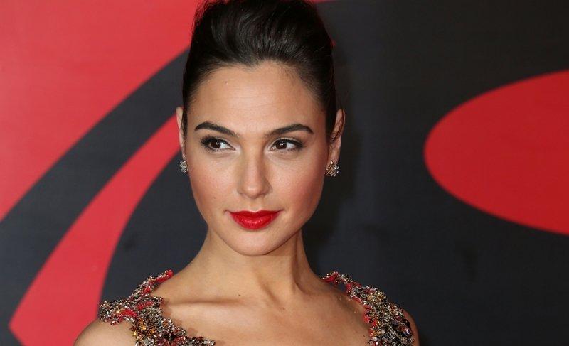 Галь Гадот выбрала для премии фильма красное,  роскошное платье