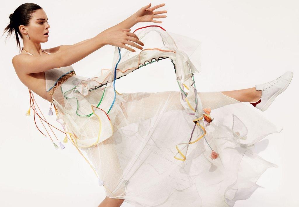 Кендалл Дженнер примеряет купальники на страницах Vogue