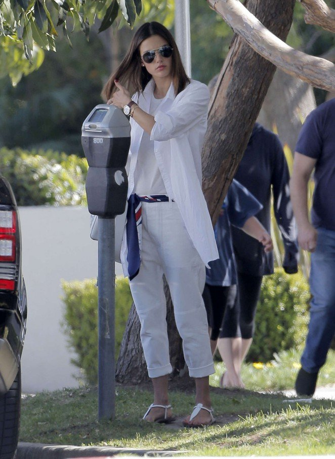 Алессандра Амбросио выбирает total white для прогулок