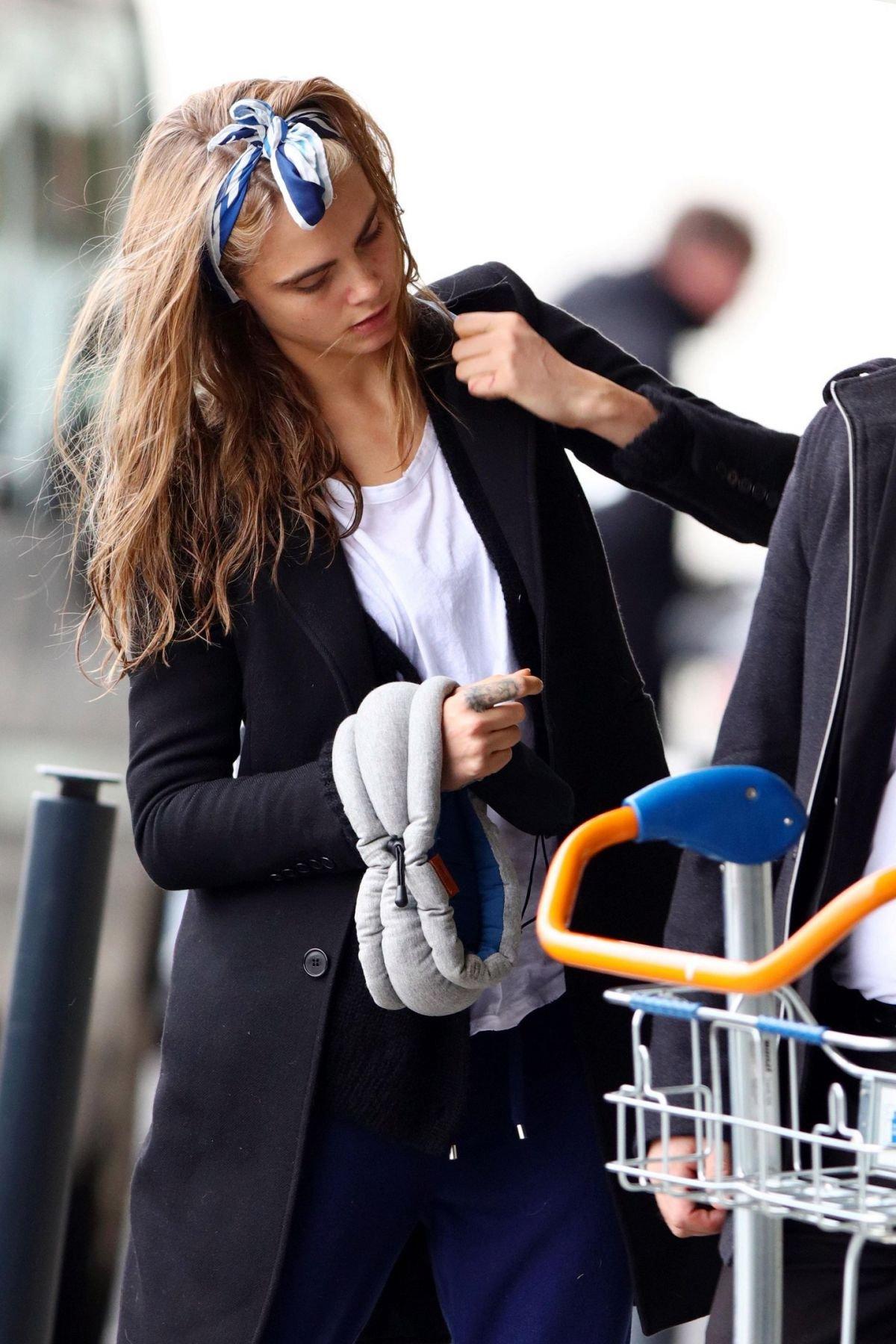 Кара Делевинь не на шутку увлеклась повязками для волос