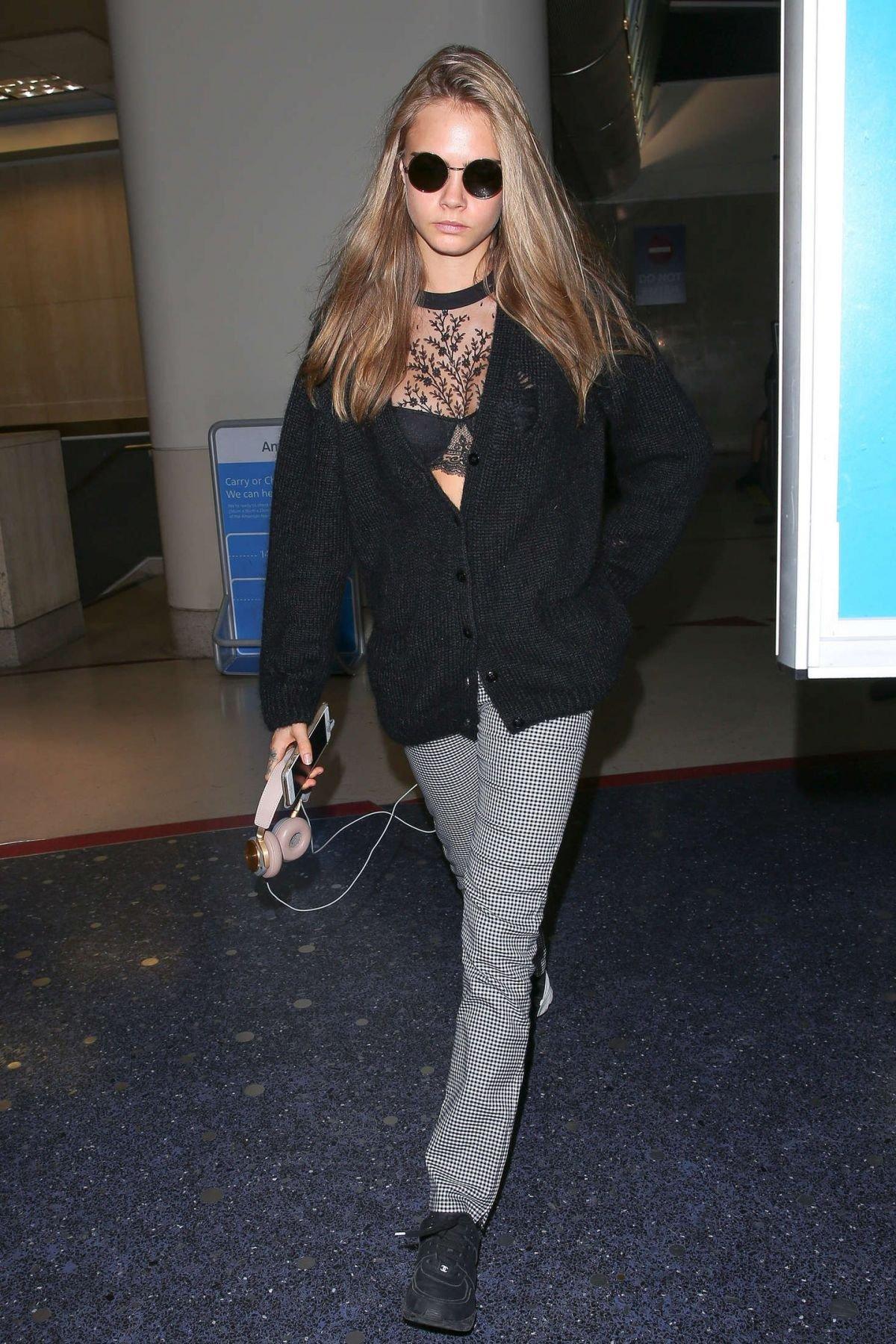 Кара Делевинь выглядит очень стильно даже в аэропорту