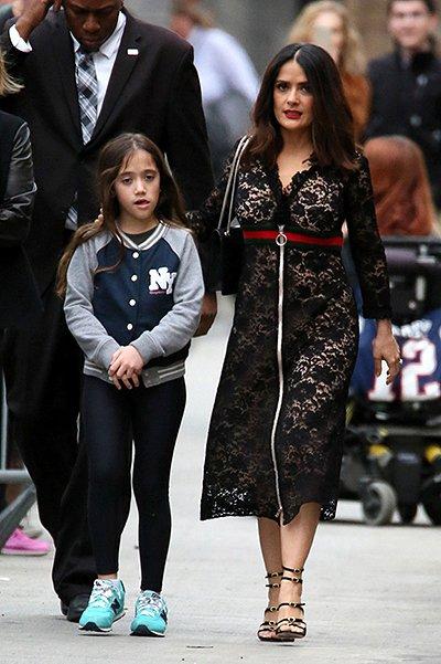 Сальма Хайек прогулялась по Лос-Анджелесу в кружевном платье