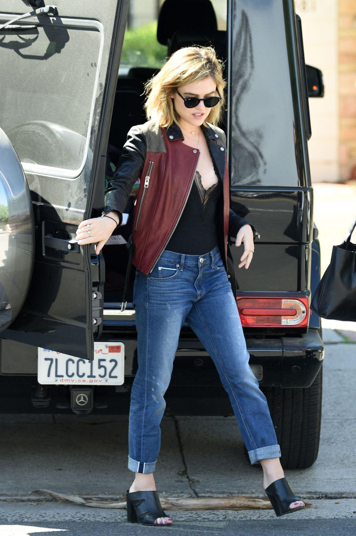 Люси Хейл выбирает классическое сочетание :косуха и джинсы