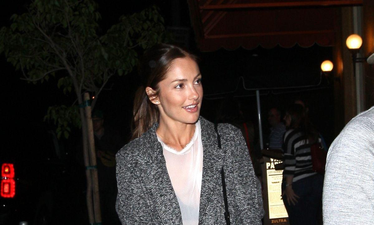 Минка Келли посетила ресторан в Голливуде в очень стильном и уютном образе