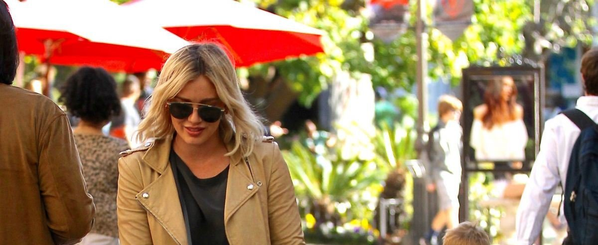 Хилари Дафф прогулялась по Лос-Анджелесу в очень стильном наряде
