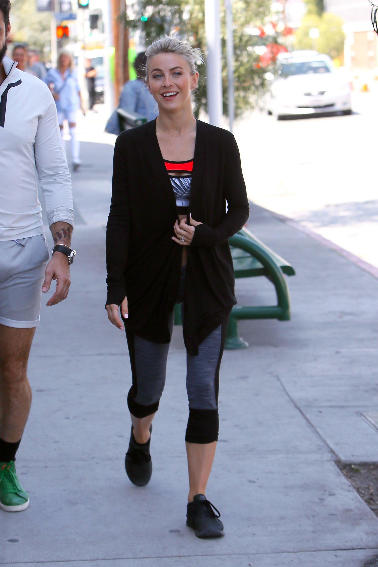 Джулианна Хью  прогулялась по  Лос-Анджелесу в ярком наряде