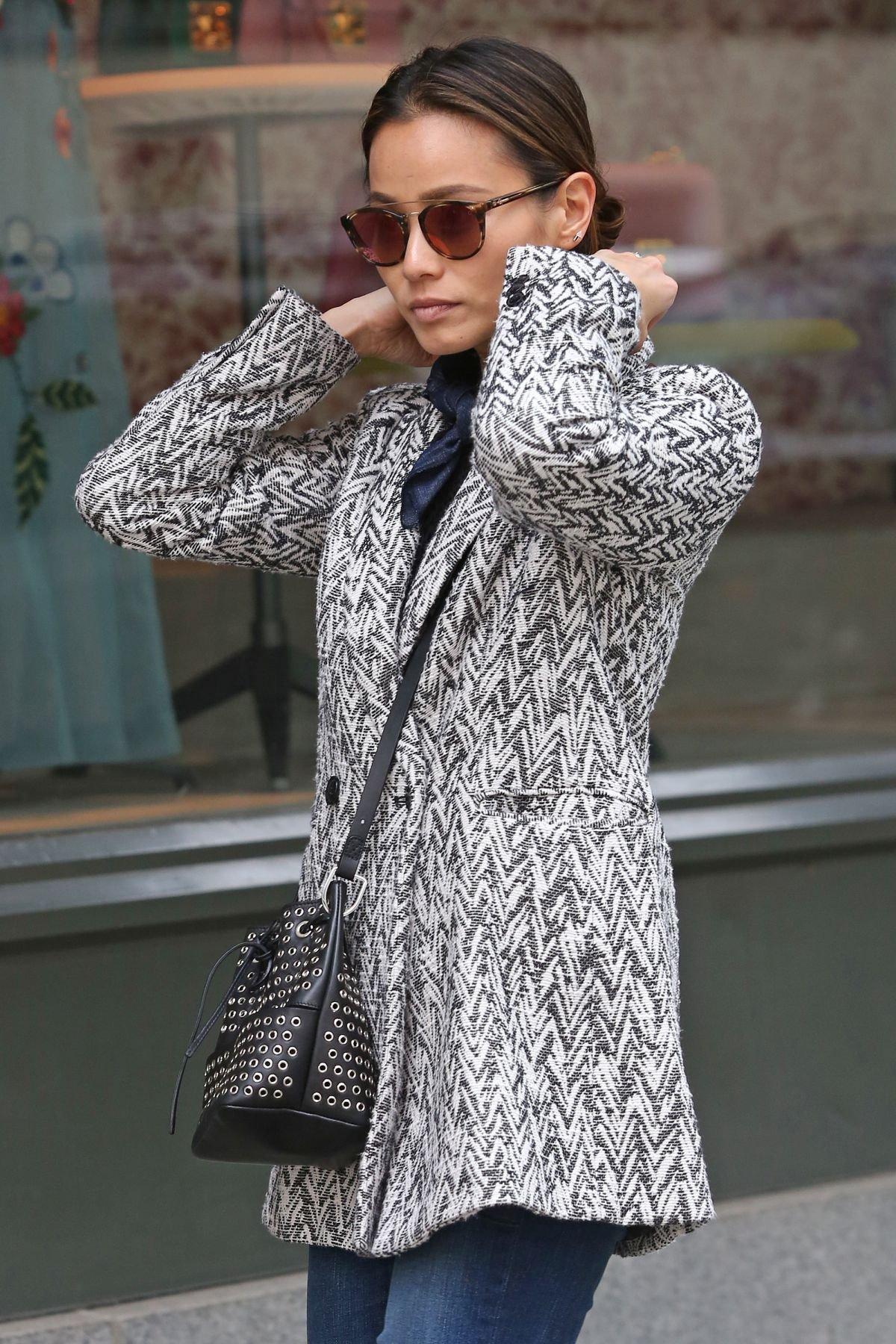 Джеми Чон радует стильными образами даже во время прогулки