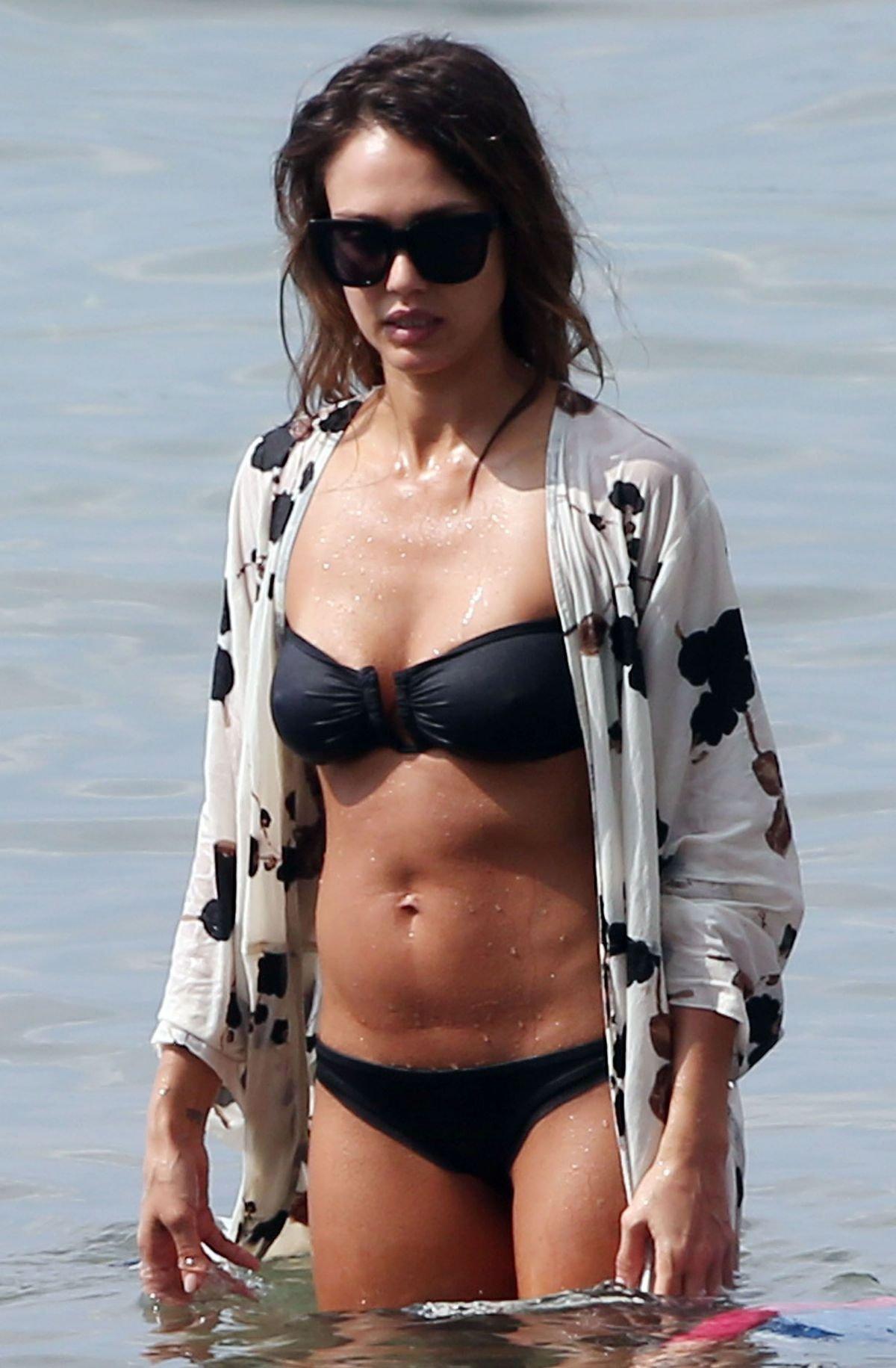 Джессика Альба продемонстрировала стильное бикини и подтянутую фигуру