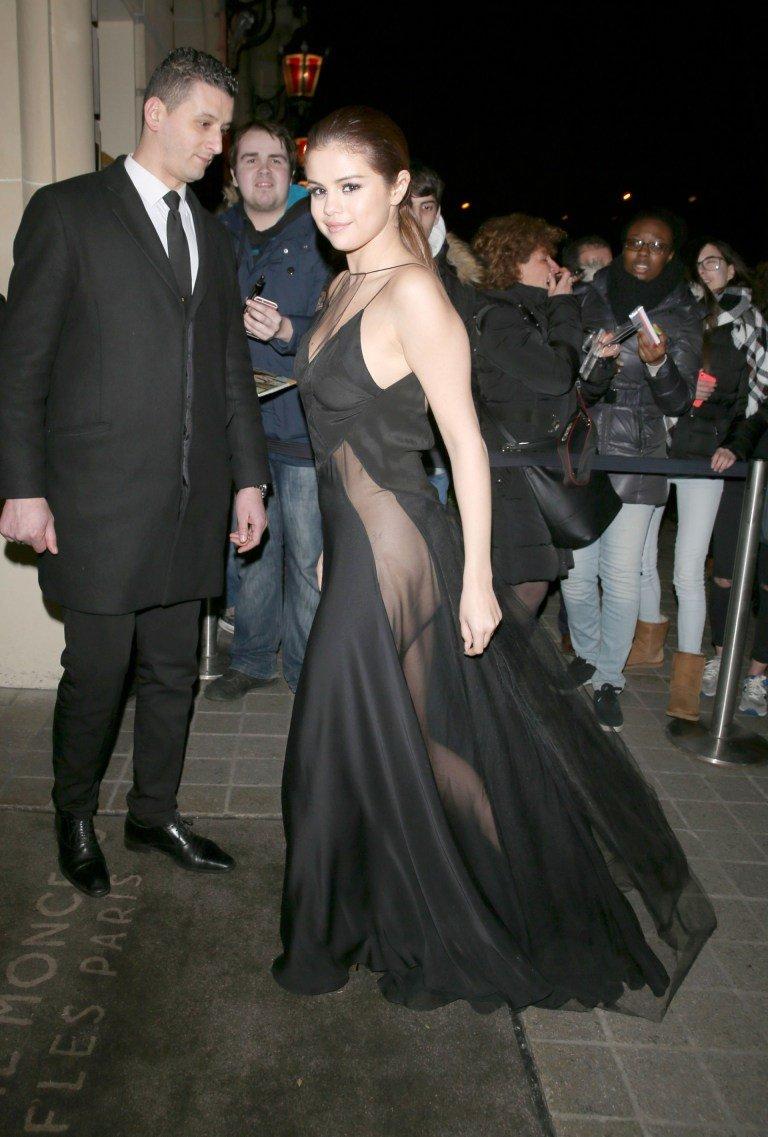 Селена Гомес выбрала очень интересное и необычное платье