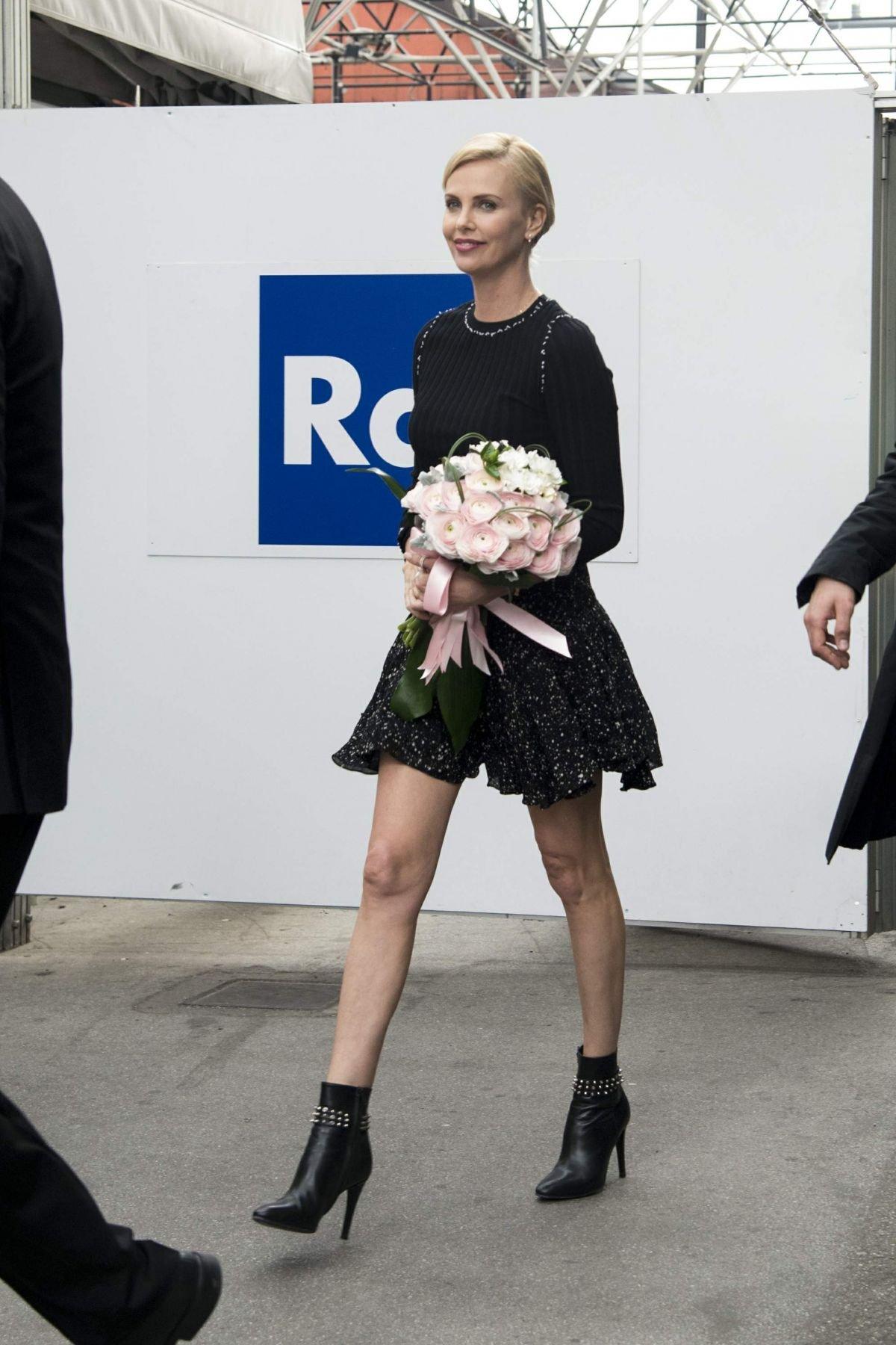 Шарлиз Терон показала стройные ножки в коротеньком платье