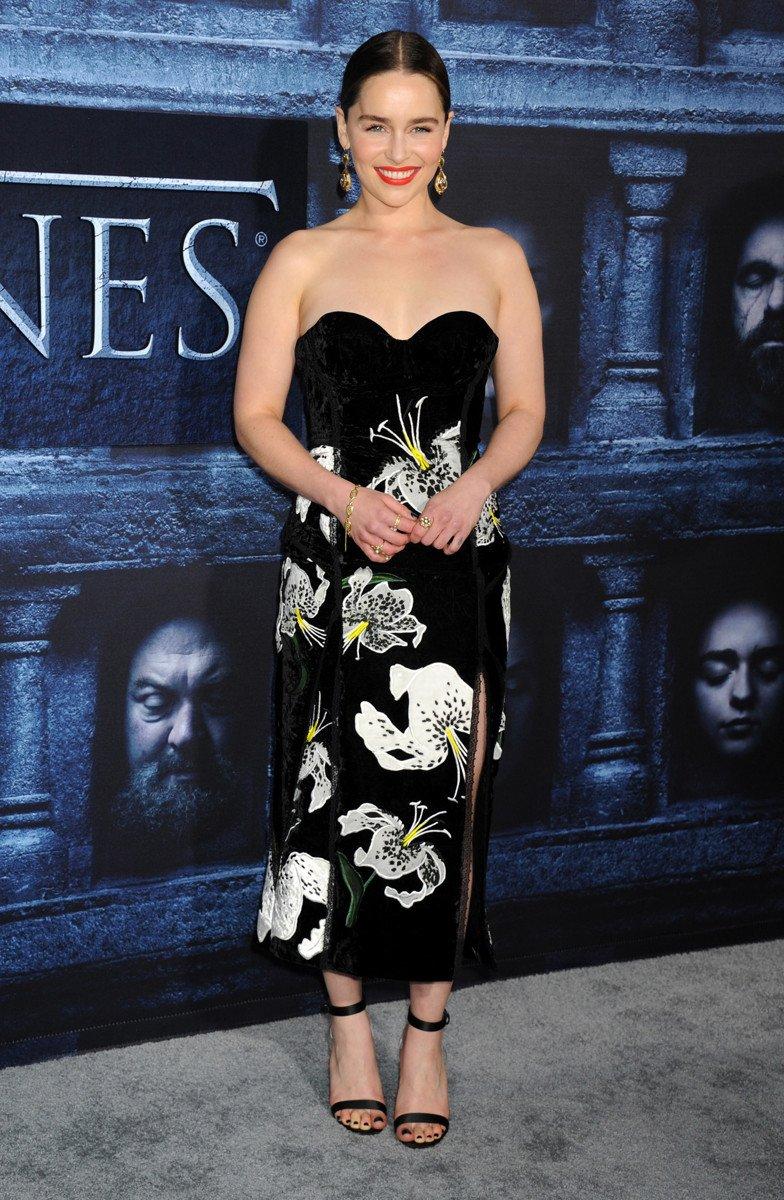 Эмилия Кларк выбрала не очень удачное платье