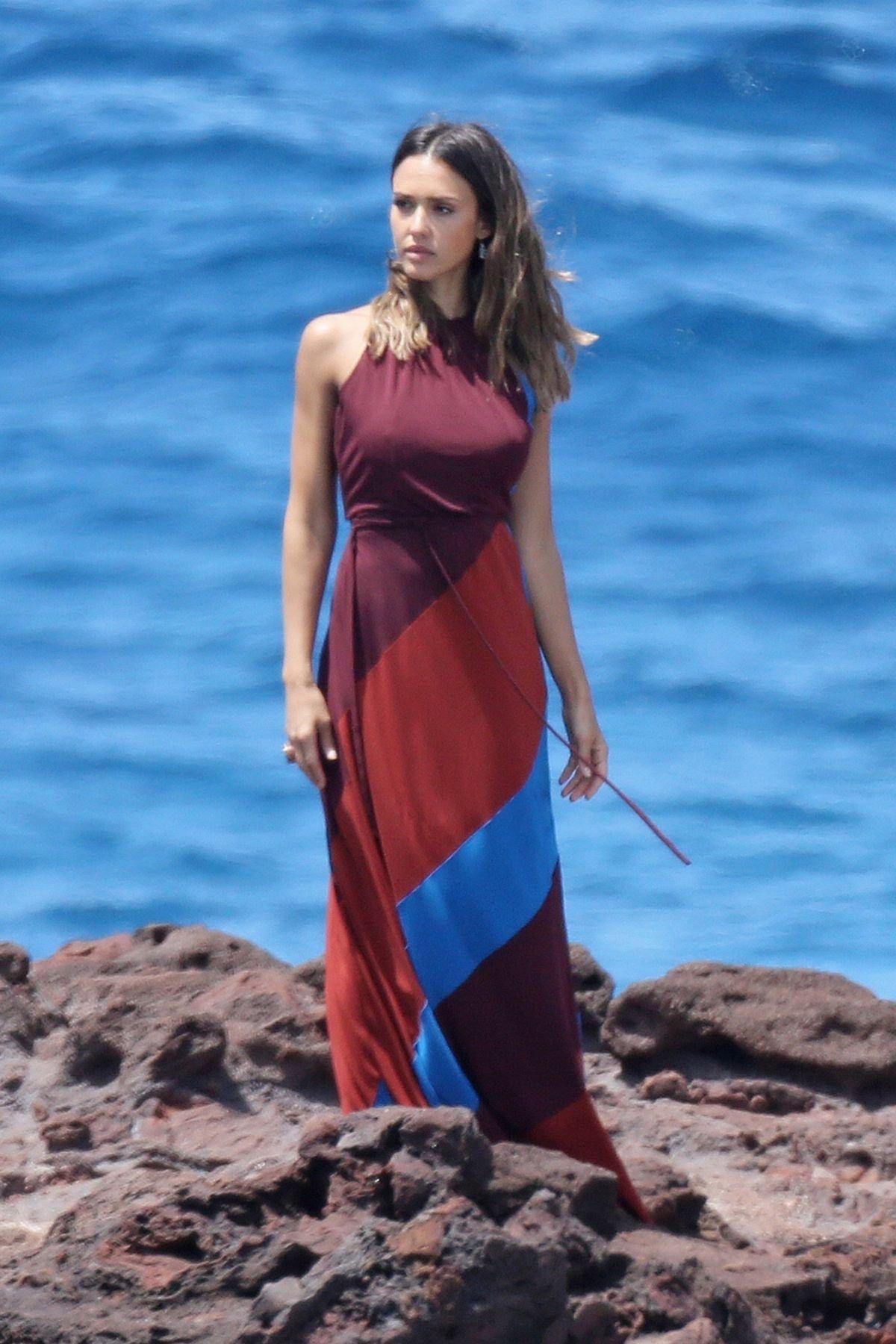 Джессика Альба блеснула в фотосессии на Гавайях