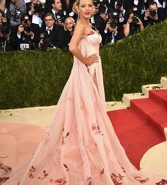 Блейк Лайвли посетила Met Gala 2016 в нежном платье