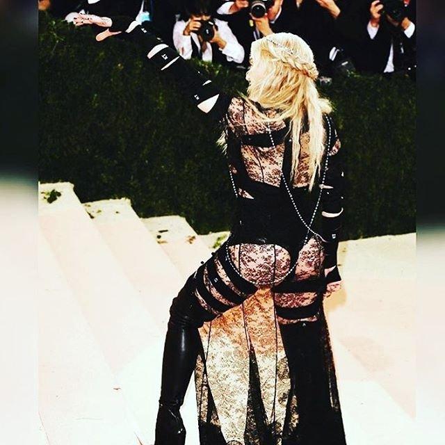 Мадонна выбрала для красной дорожки очень откровенный и эпатажный наряд