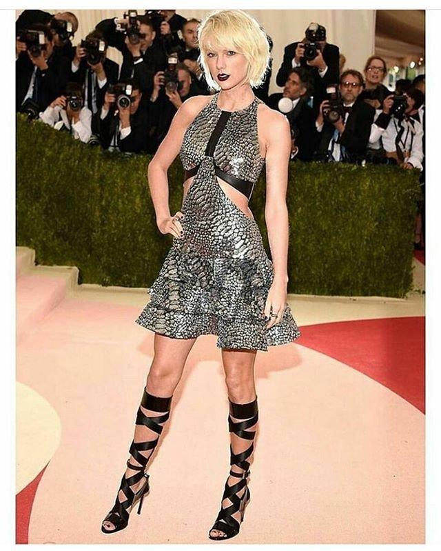Тейлор Свифт посетила светское мероприятие в платье из питона