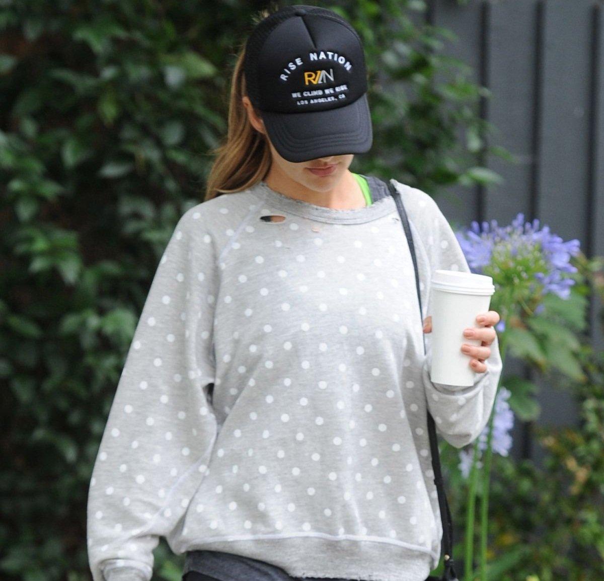 Минка Келли наслаждалась кофейным напитком во время прогулки по Голливуду