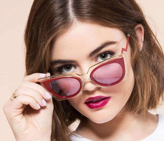 Люси Хейл примеряет очки на страницах Cosmopolitan