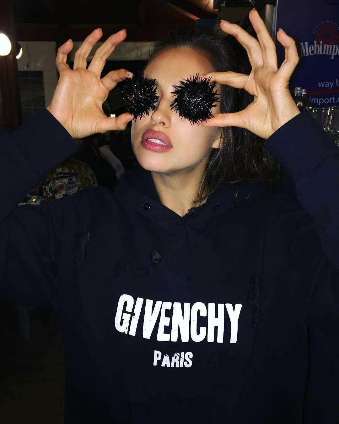 Забота: модель Ирина Шейк кормит Беллу Хадид с рук