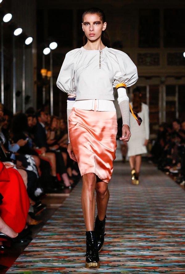 Начинающая модель Белла Хадид на показе круизной коллекции Dior