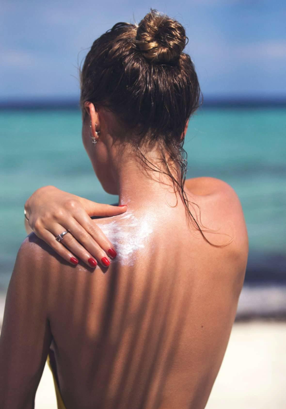 Тони Гаррн позирует на пляже для Elle