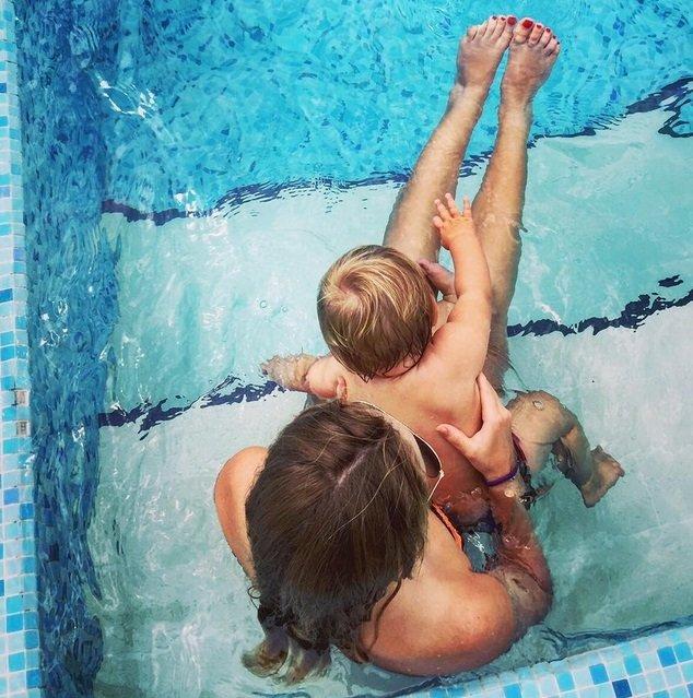 Татьяна Навка показала милый снимок с дочкой в бассейне