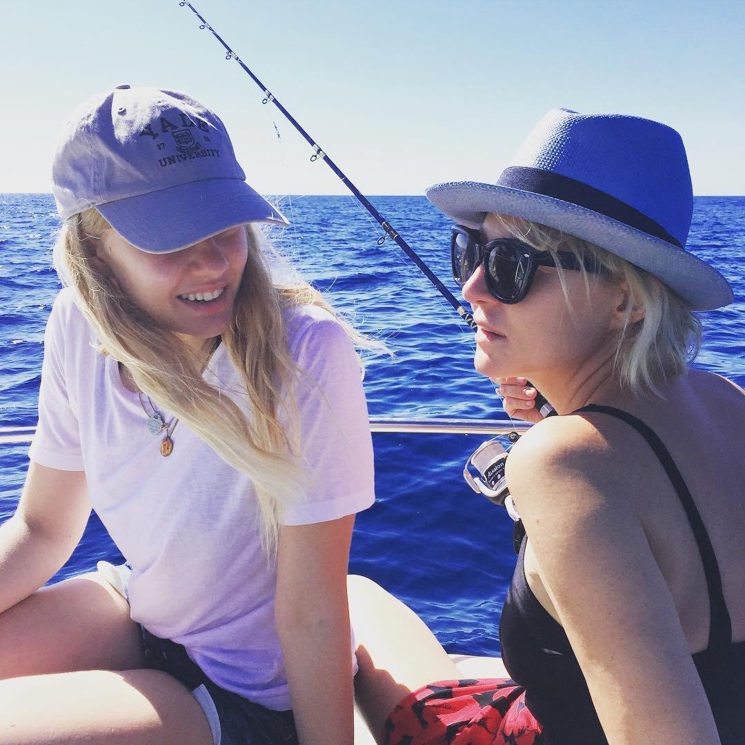 Рената Литвинова на рыбалке с дочкой в Средиземном море