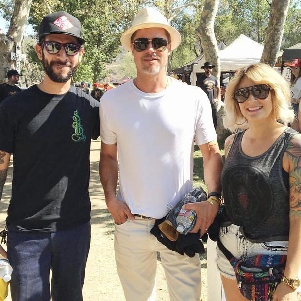 Брэд Питт позирует в компании роскошных моделей на мотошоу в Калифорнии