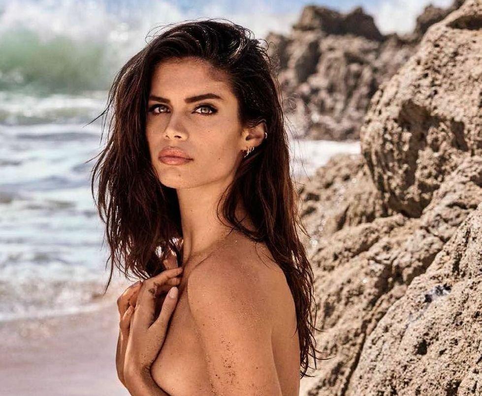 Сара Сампайо в соблазнительной фотосессии на пляже для GQ Magazine