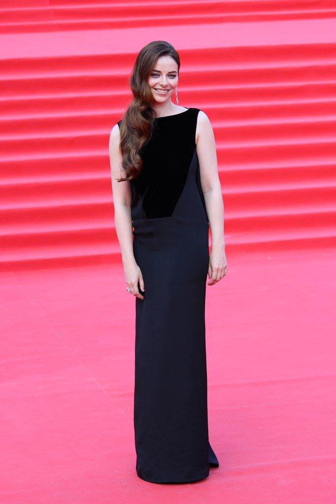 Марина Александрова появилась на дорожке ММКФ в платье с открытой спиной