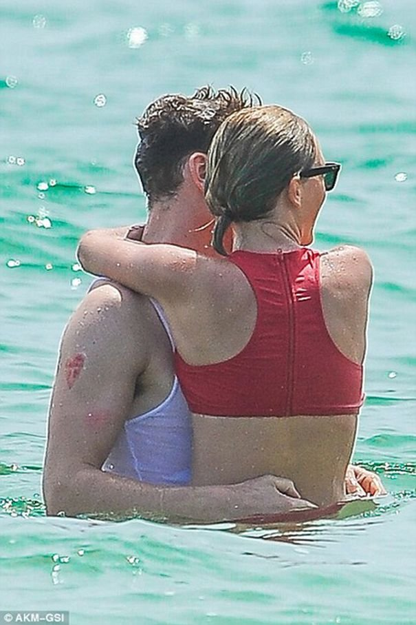 Актер Том Хиддлстон трогательно признался в любви певице Тейлор Свифт