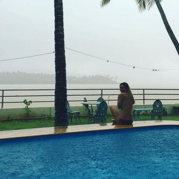 Вера Брежнева опубликовала снимок топлесс, сделанный в Индии
