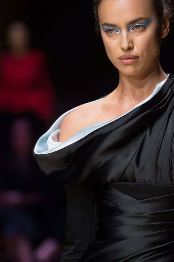 Ирина Шейк выбирает черные наряды для Недели высокой моды в Париже