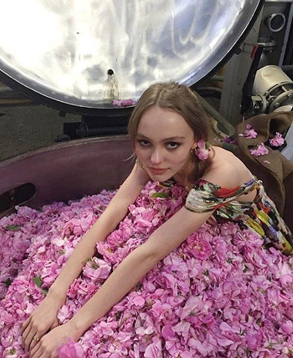 Лили-Роуз Депп выложила в Инстаграм кадры из новой рекламы Chanel №5