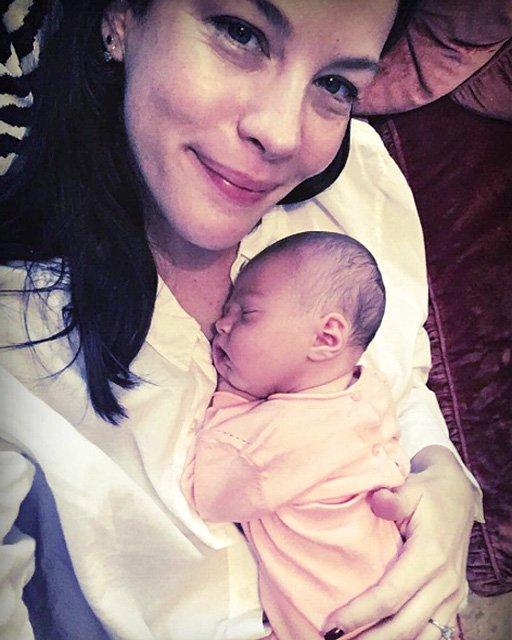 Лив Тайлер впервые показала фото новорожденной дочки