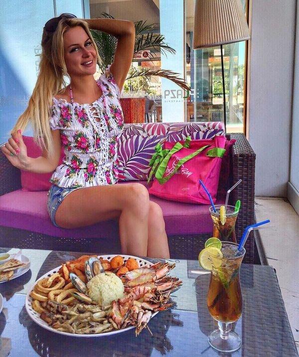 Марина Африкантова поразила похудевшей фигурой на отдыхе на Кипре