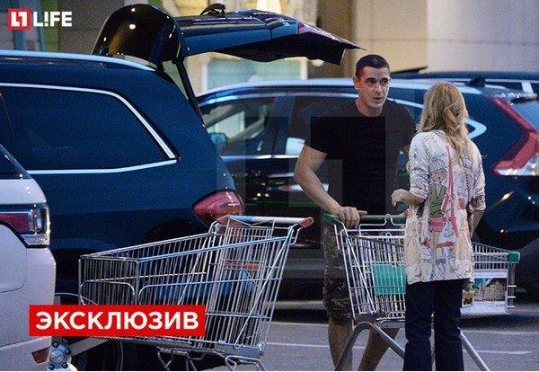 Папарацци застукали Ксению Бородину и Курбана Омарова в магазине (видео)