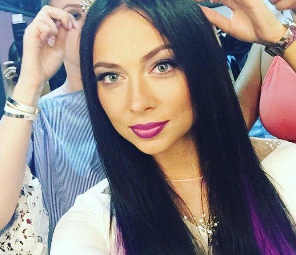 Настасья Самбурская отстригла волосы и покрасила в красный цвет