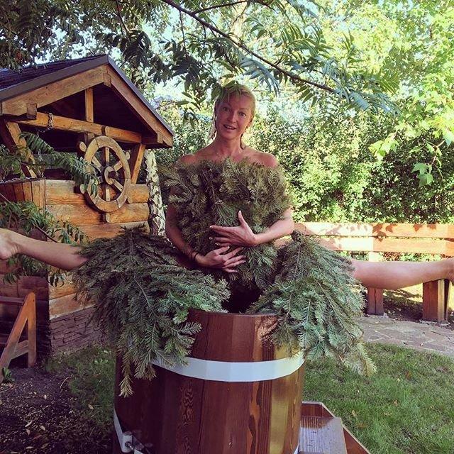 Анастасия Волочкова села на шпагат посреди ЦУМа