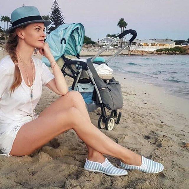 Елена Кулецкая показала фигуру в бикини