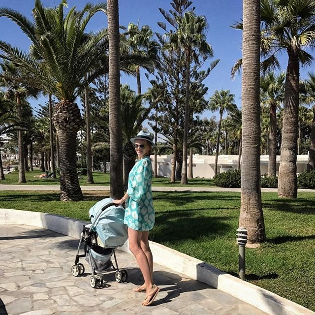 Елена Кулецкая выложила новое пляжное фото с дочкой