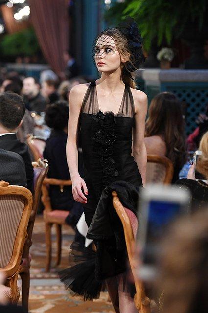 Лили-Роуз Депп впервые вышла на подиум показа Chanel