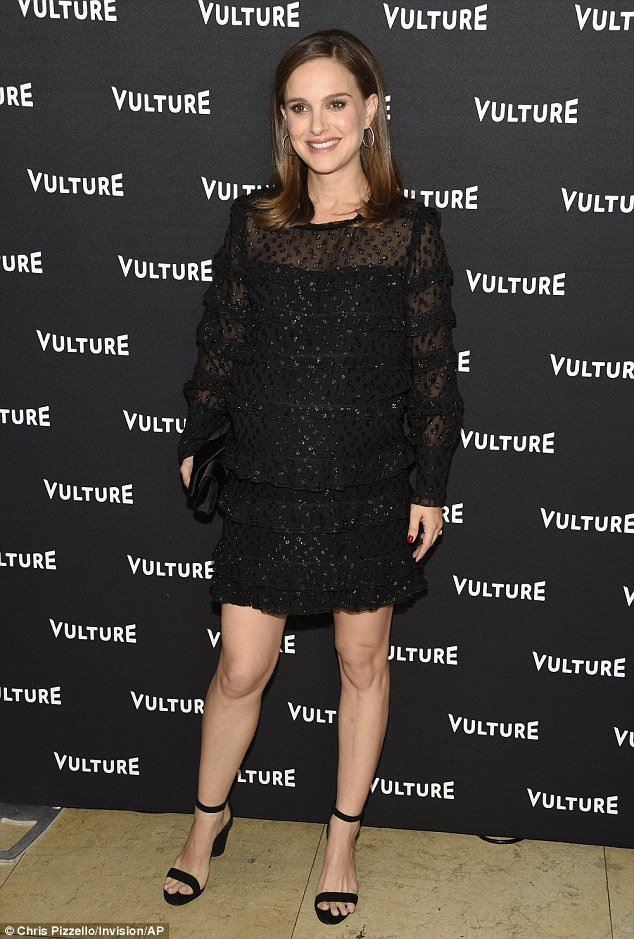 Беременная Натали Портман появилась на публике в мини-платье