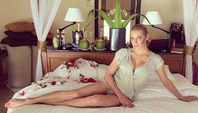 Анастасия Волочкова шокировала снимком без макияжа с вином