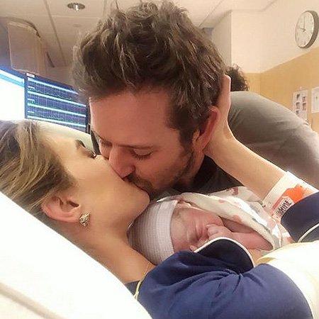 Арми Хаммер впервые выложил в Instagram фото новорождённого сына