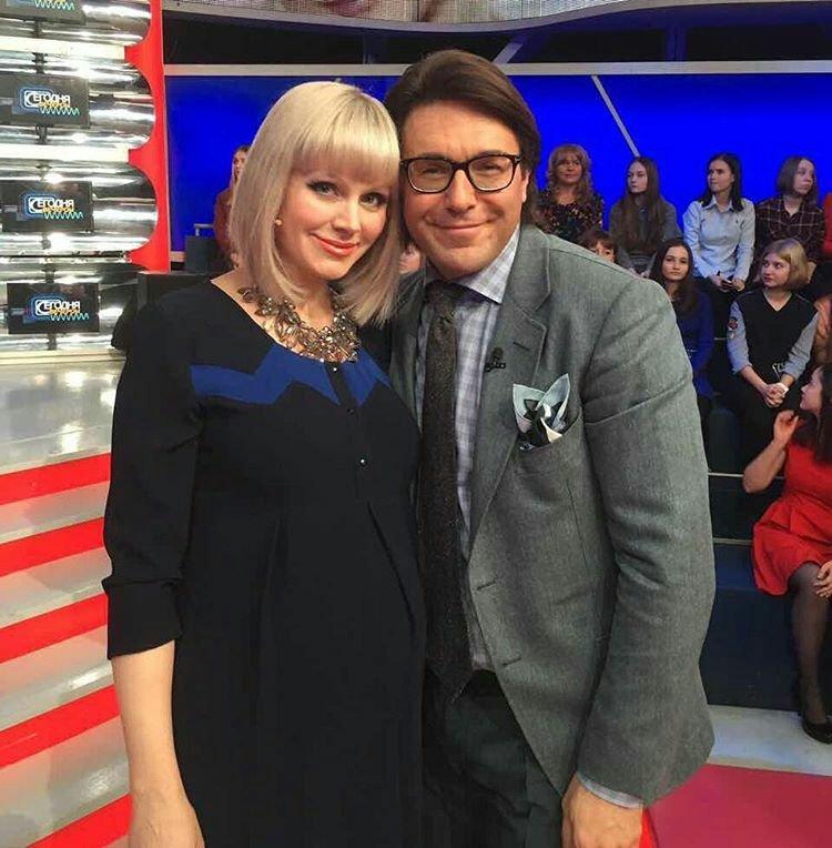 Беременная певица Натали показала необычное фото в компании Андрея Малахова