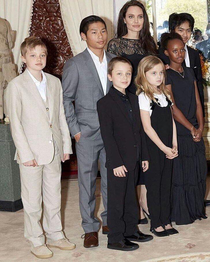 Анджелина Джоли помолодела и очаровала публику ярко-розовым нарядом